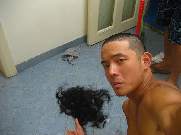 大家幫我剃頭的時候可興奮的咧