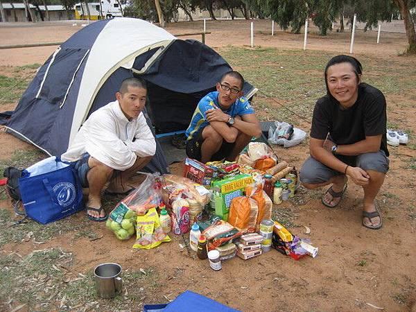 進荒漠前最後的食糧補充,真的太多了,一定要照一下