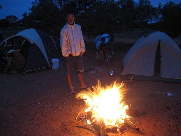 第一晚很冷,升個營火取暖