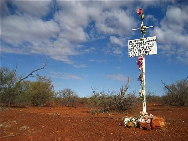 路邊常有紀念碑,上面寫著死因:謀殺