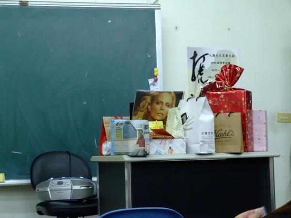 2008.12.23 中級英檢上課時,交換禮物!