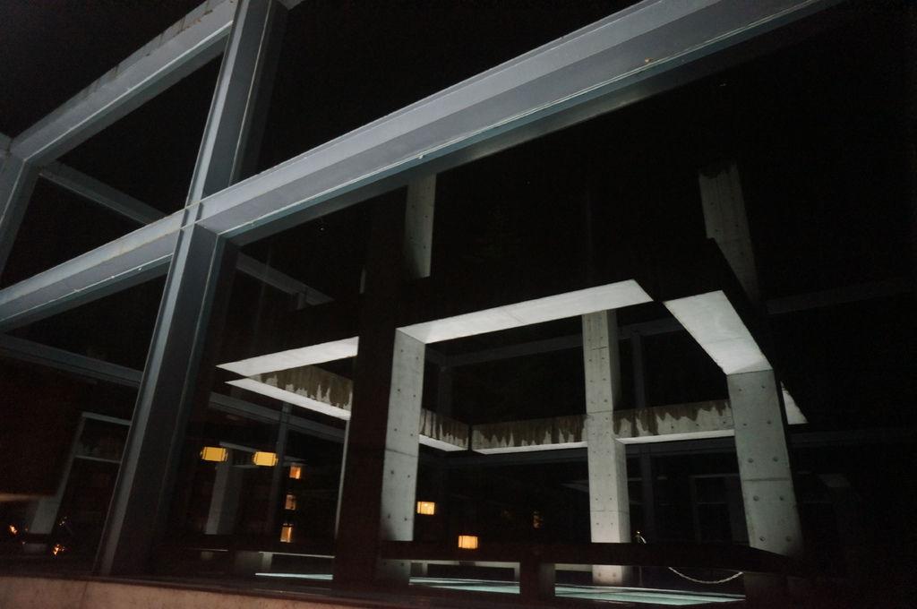 玻璃的倒影~反射出無數個十字架