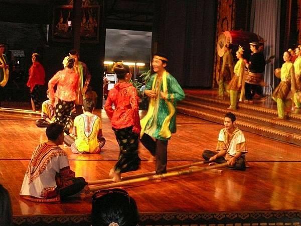 0304東芭樂園之民俗表演竹竿舞.jpg