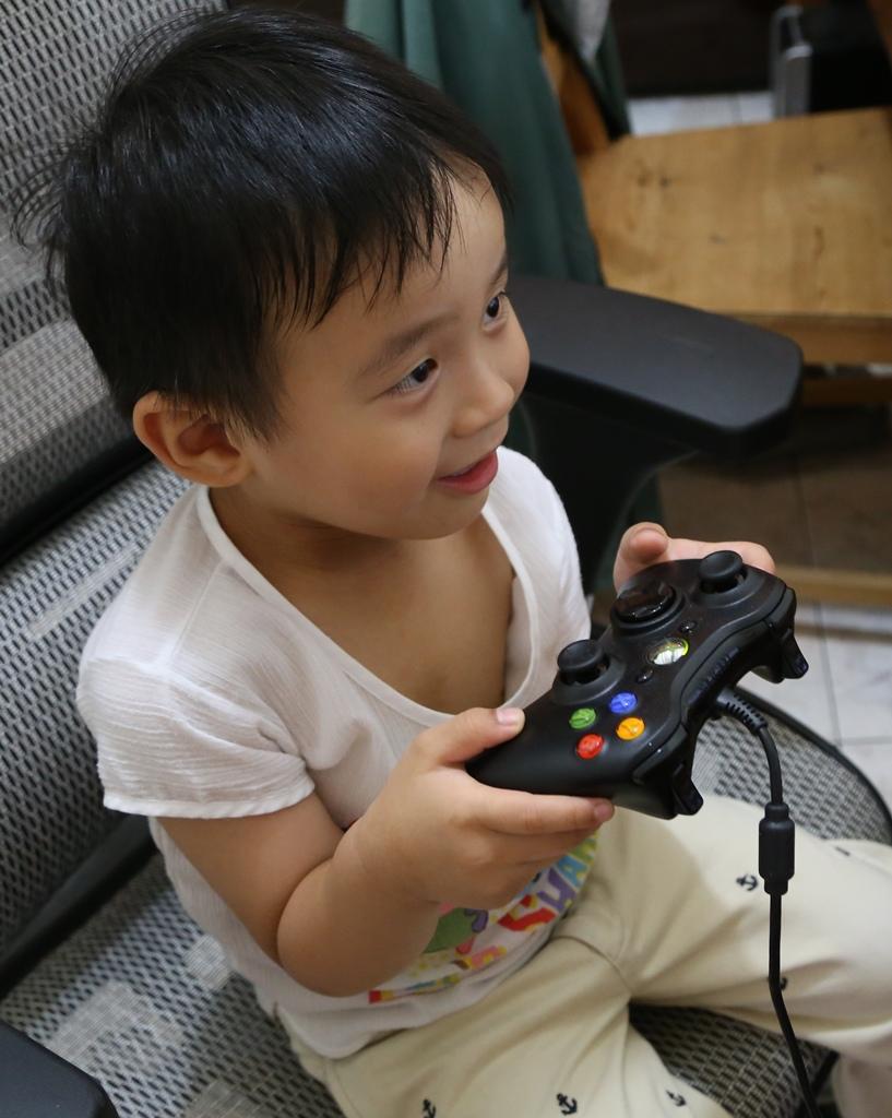 小孩玩電動