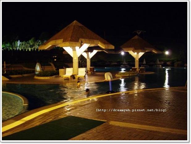 晚上的游泳池