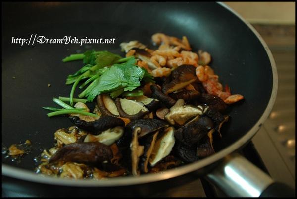 加入蝦米香菇熱炒