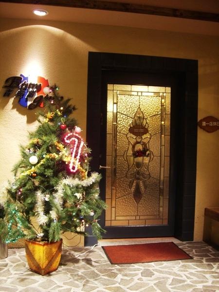 門口有聖誕樹