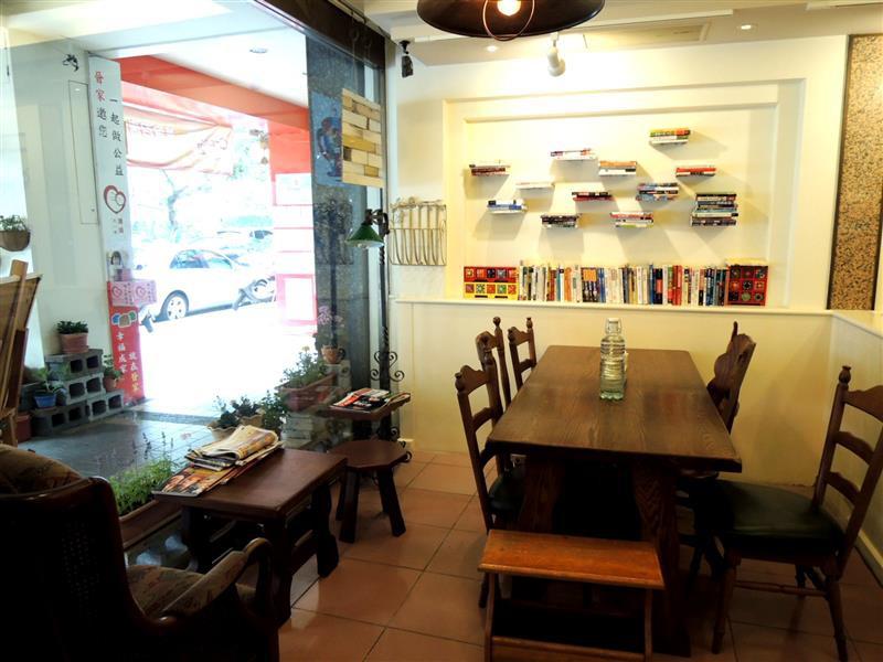 Amin's book & cafe004.jpg