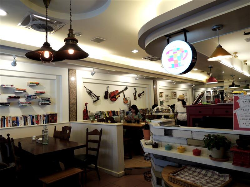 Amin's book & cafe003.jpg