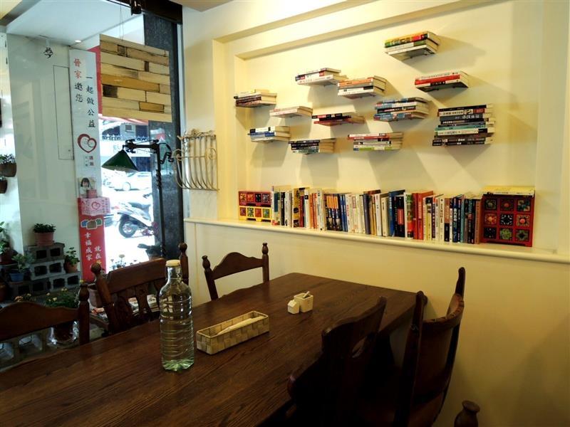 Amin's book & cafe008.jpg