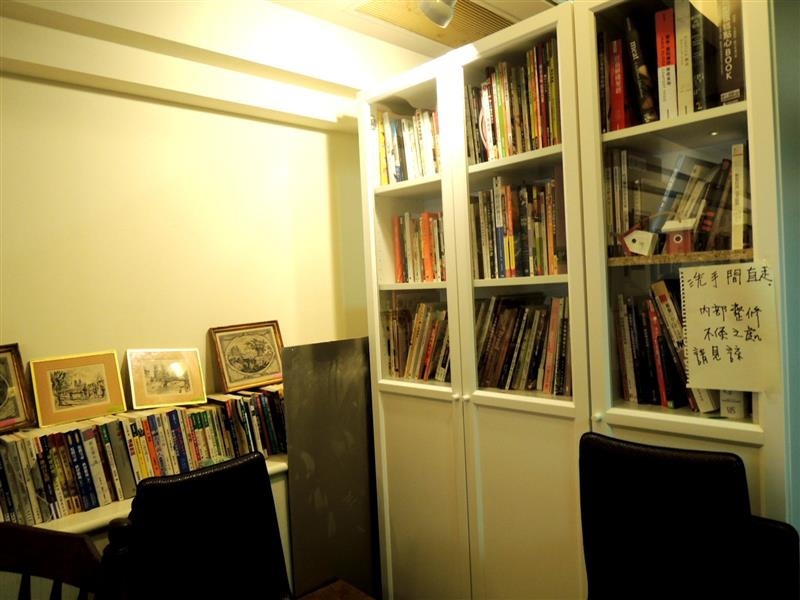 Amin's book & cafe012.jpg