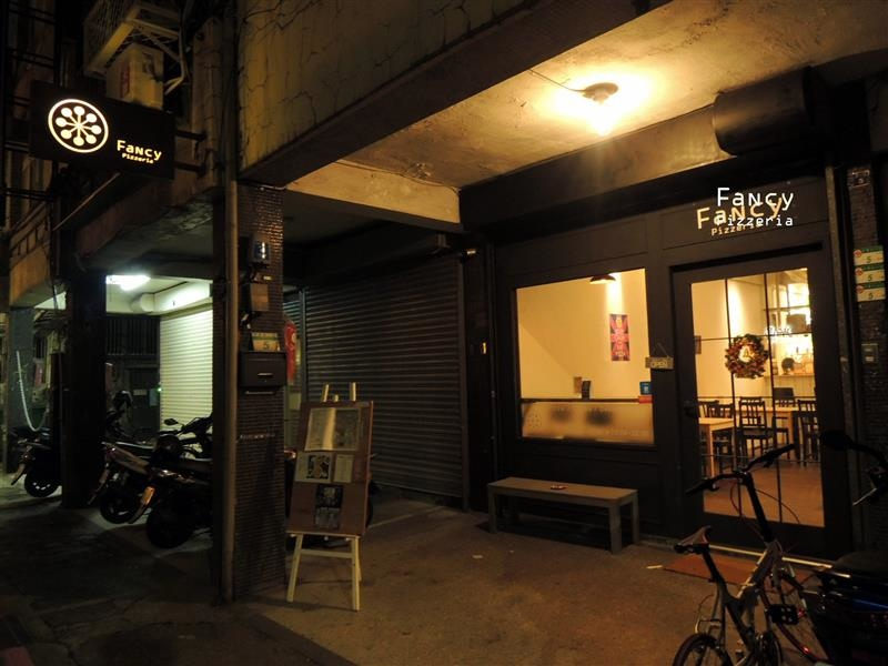 Fancy pizzeria 001.jpg