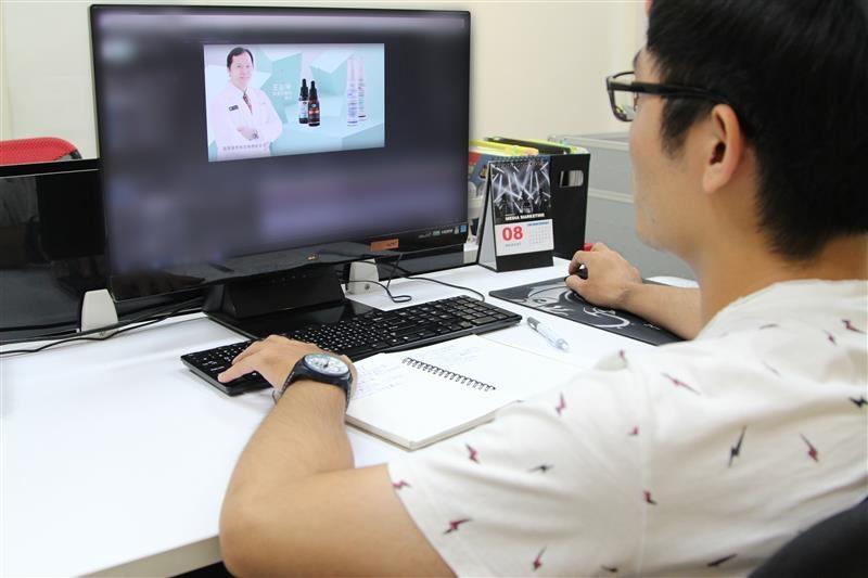 技術人員調整影片文字的構圖.jpg