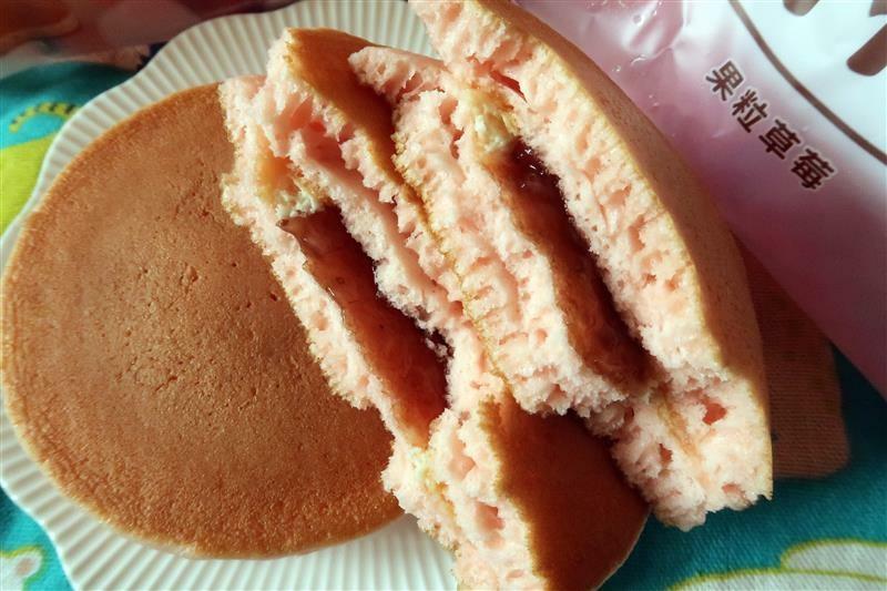 全家7折 草莓起司鬆餅  滿餡 012.jpg