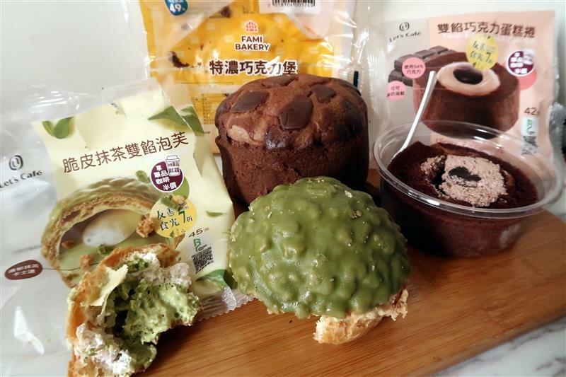 全家7折 友善食光 抹茶泡芙 巧克力蛋糕捲 015.jpg