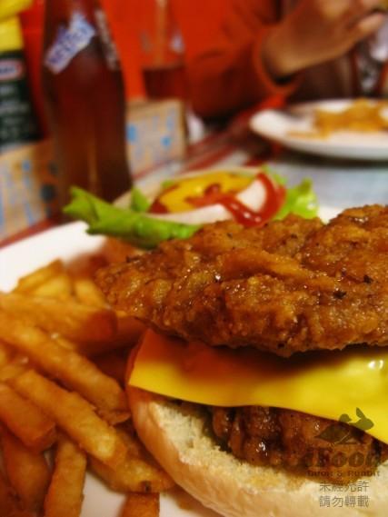 雙層脆皮雞腿排漢堡 吃不下了.jpg