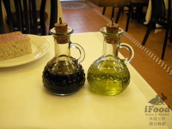 00_左邊是酒醋 右邊是橄欖油.jpg