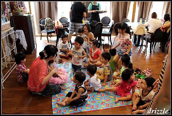孩子們好專注地聽故事,超級棒
