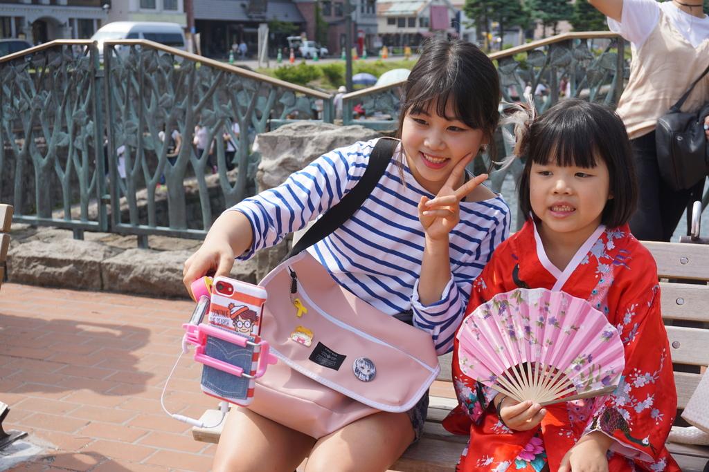 可愛的日本女孩,要求跟芽芽合照.JPG