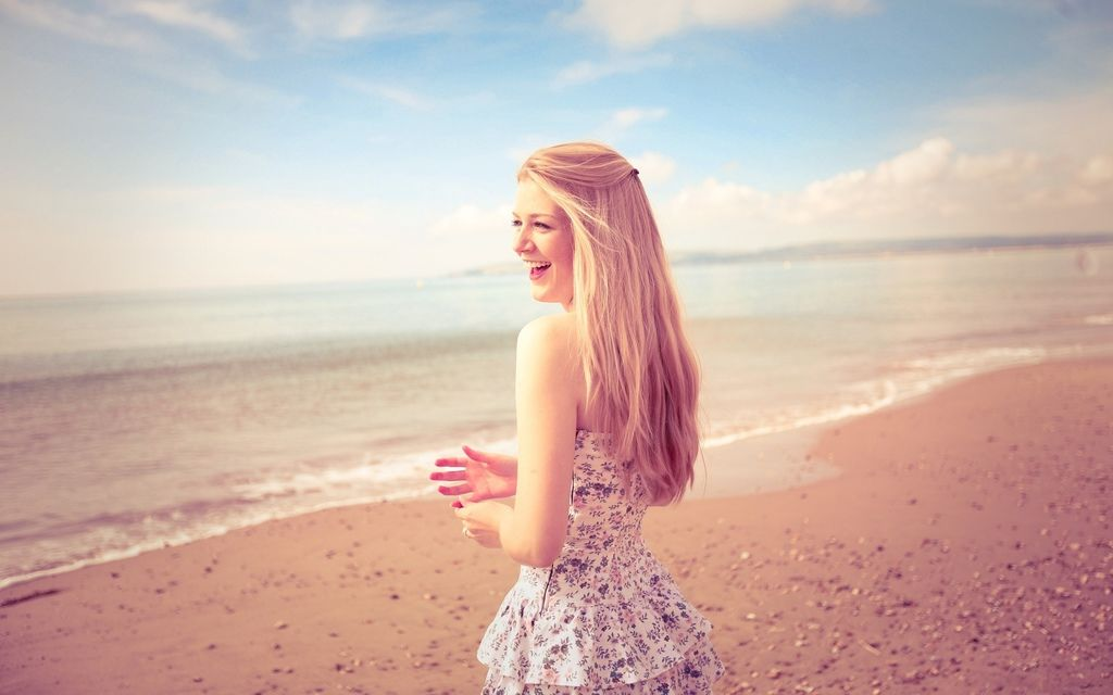 Happy-blonde-girl-skirt-beach-sea-summer淚溝.jpg