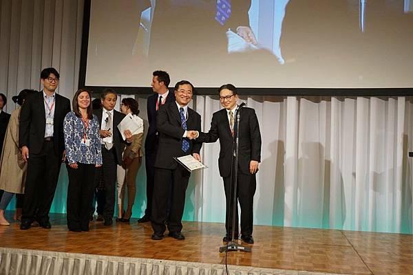 日本產婦人科醫學會理事長Yoshiki Kudo頒獎給賴宗炫醫師.jpg
