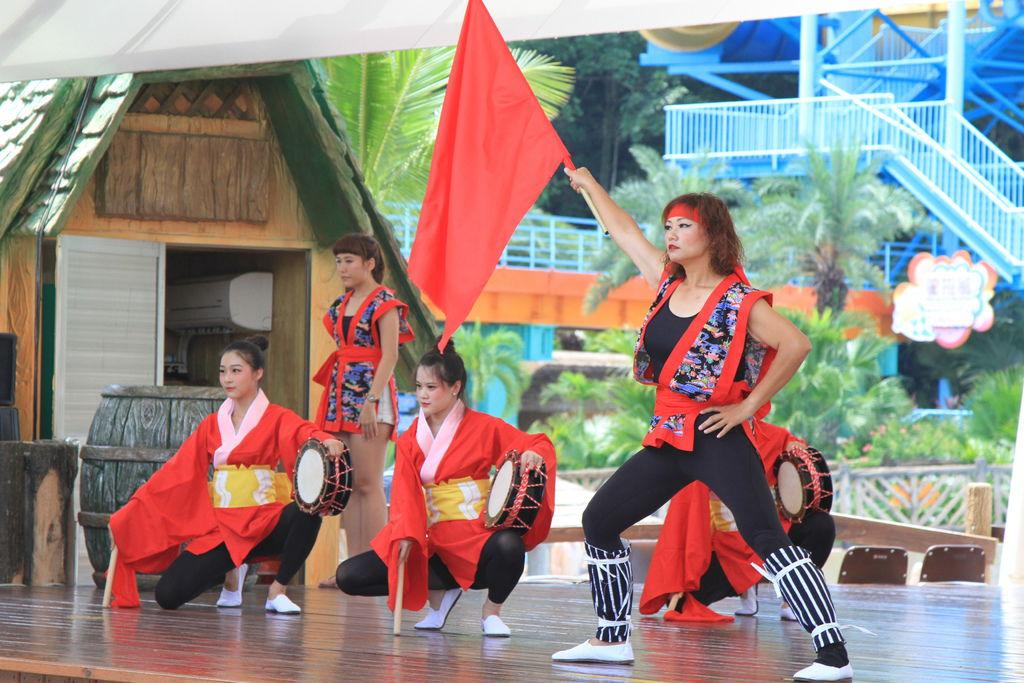 在水樂園的維京舞台欣賞「沖繩太鼓秀」在太鼓強烈的節奏搭配沖繩樂音,猶如來到沖繩海邊般的愜意
