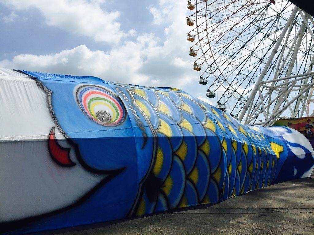 長達20米的「鯉魚旗隧道」,伏臥於廣場前,讓大人小孩走進隧道中體驗日本文化風情