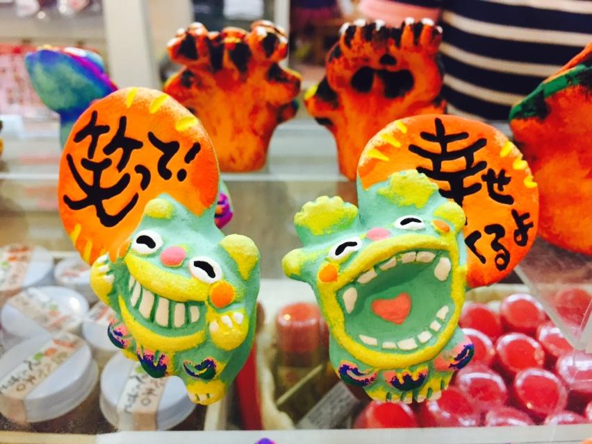 招福獅(Shi-sa)張口的是公獅可驅邪鎮魔,閉口的是母獅可守住財富和幸福