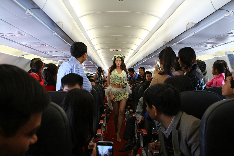 Vietjet flight fashion show catwalk _ 3.jpg