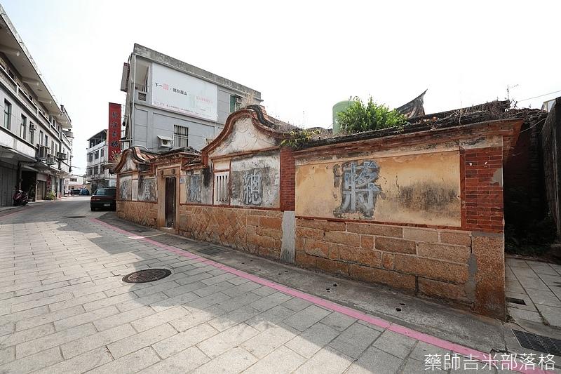 復古的房子牆面還寫著蔣總統