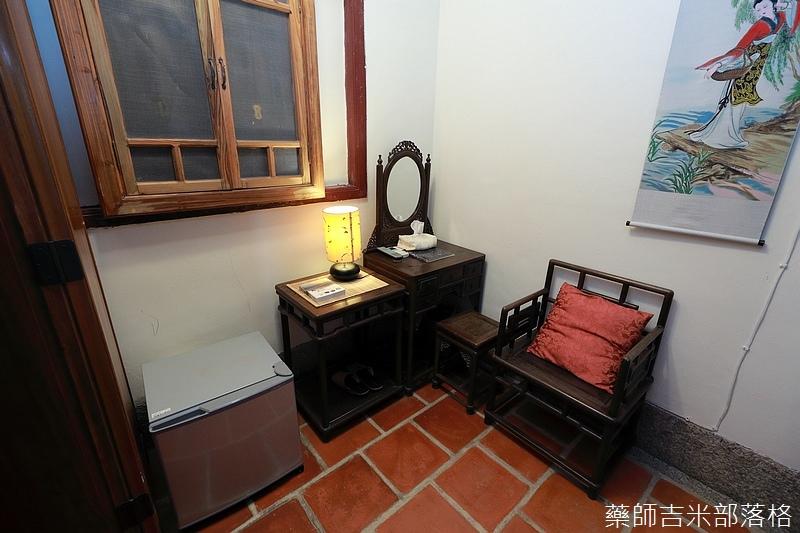 化妝台及椅子都是古董