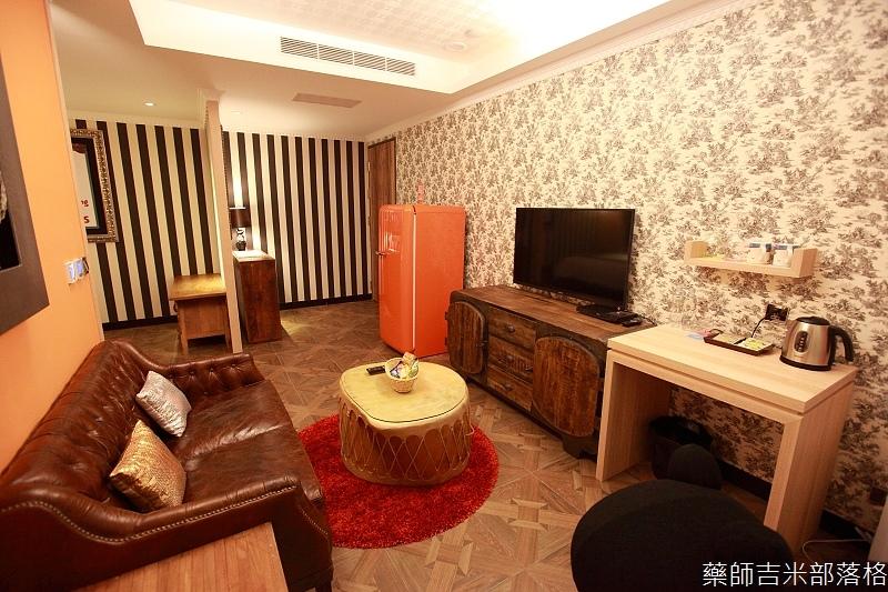smokeyjoes_hotel_room_302_090