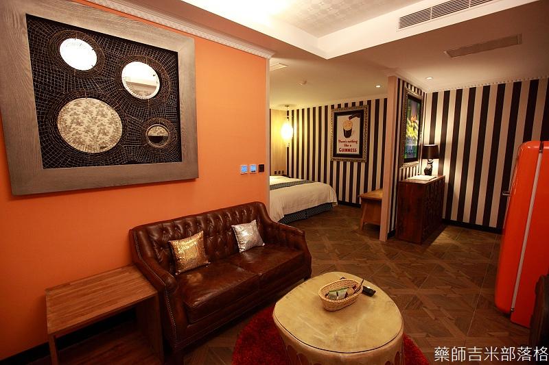 smokeyjoes_hotel_room_302_091
