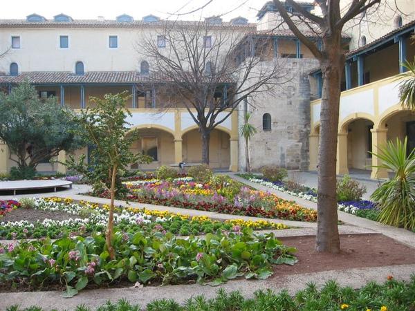 南法亞爾城- 梵谷數度進出的療養院(現為文化會館)、