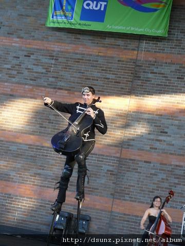 踩高蹺拉大提琴,第一次看到。