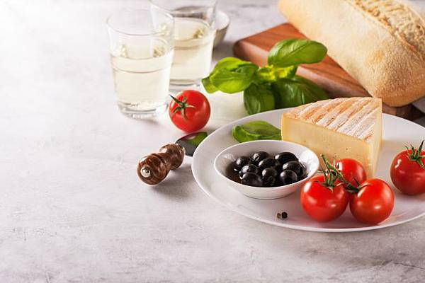 piece-of-cheese-with-tomatoes-and-black-olives-on-a-plate_1220-576.jpg