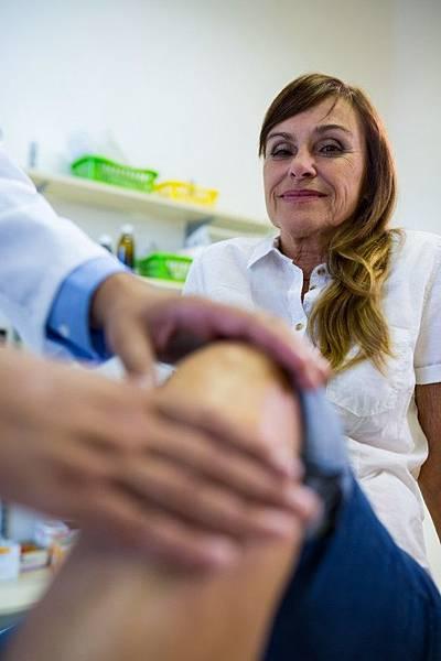 male-doctor-examining-patients-knee_1170-2173.jpg