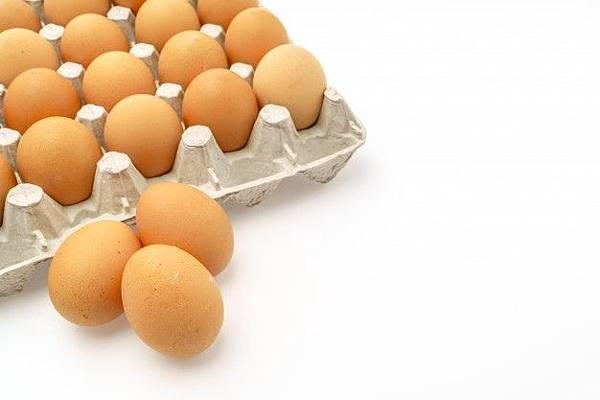 fresh-eggs-in-package-on-white-background_1232-3377.jpg