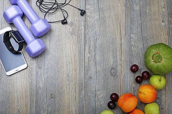 healthy-lifestyle-dumbbell-smart-watch-and-fruit_1387-96.jpg