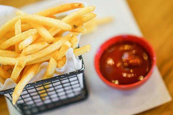 french-fries-on-wood-table_1232-2676.jpg