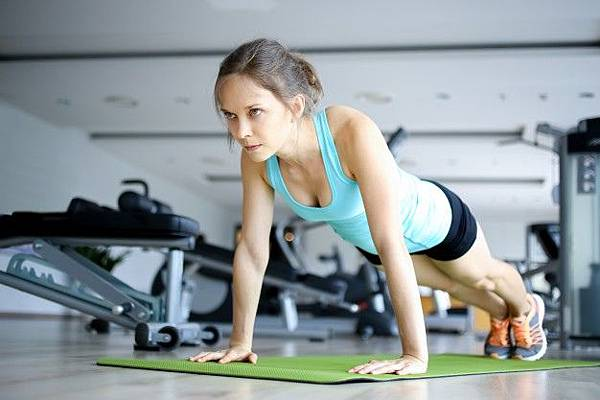 serious-young-woman-doing-push-ups-on-mat-in-gym_1262-3620.jpg