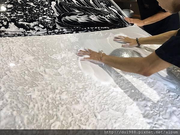 步驟4-2、車身洗淨後,漆面上仍然有雜質粗粒殘留,這時候需要用專用黏土將它去除,讓漆面更平滑,待會打蠟才不會刮傷漆面唷.jpg