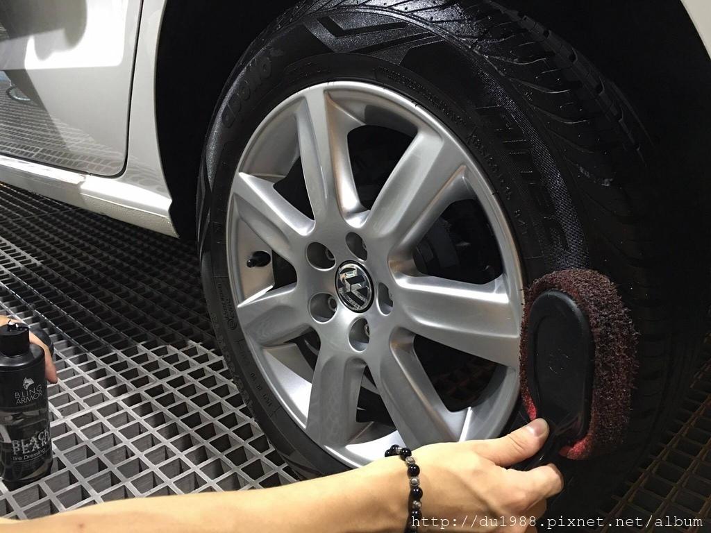 步驟14-2、加拿大進口輪胎凝膠,相較一般輪胎油,較不易噴甩、不易造成輪胎龜裂氧化泛白又持久.jpg