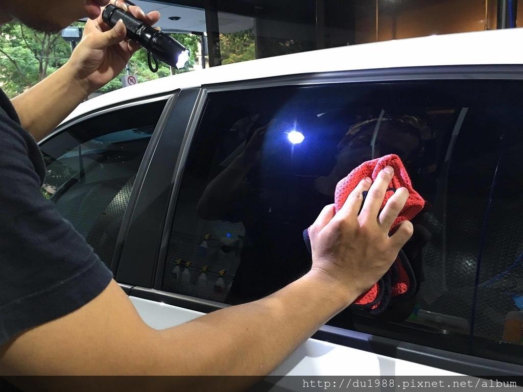 步驟13-1、全車內外玻璃擦拭,透過手電筒的聚焦,讓所有指紋印子髒污都現形.jpg