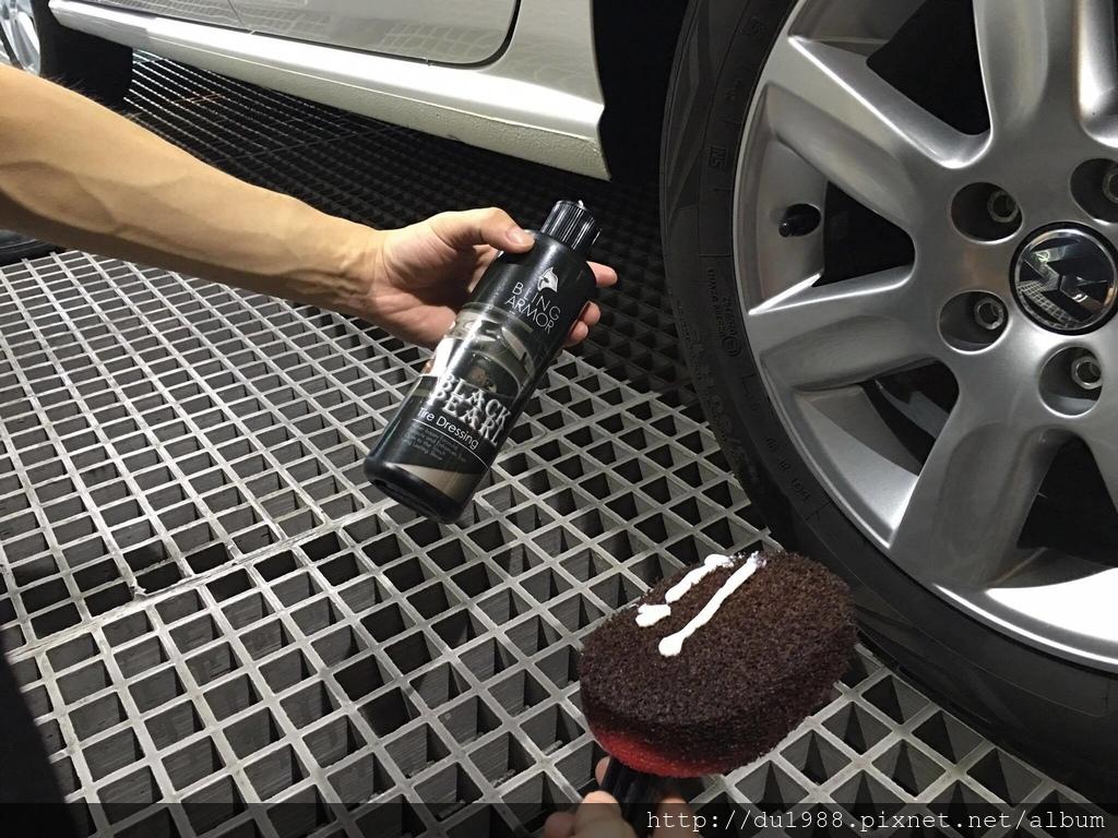步驟14-1、加拿大進口輪胎凝膠,相較一般輪胎油,較不易噴甩、不易造成輪胎龜裂氧化泛白又持久.jpg