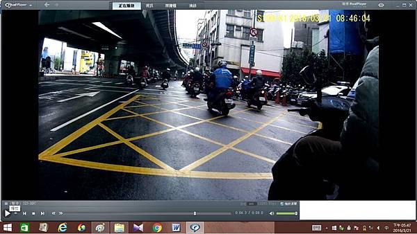 523-DDC 影片擷取之單手騎車證據照片