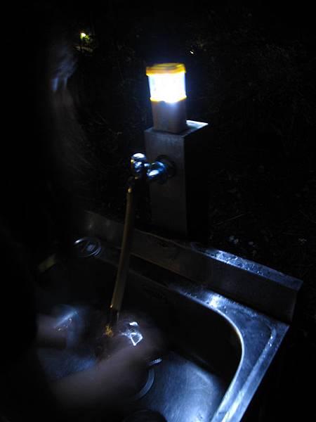 晚上洗滌槽自備手電筒.JPG
