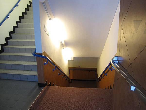 廁所往樓下階梯走.JPG