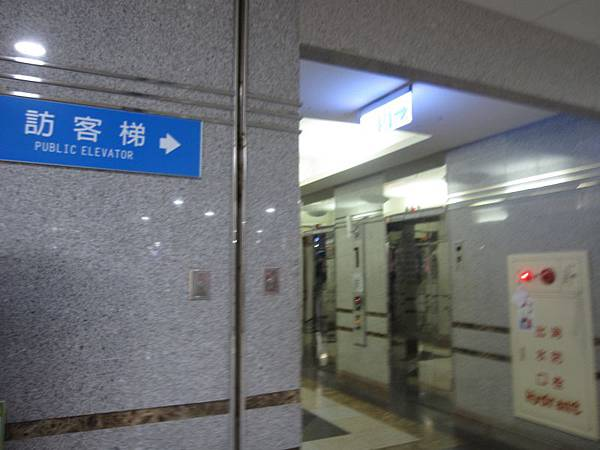 1樓手扶梯旁訪客電梯.JPG