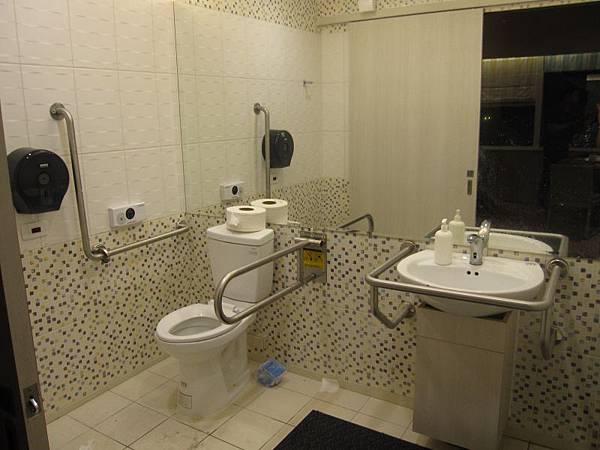 殘障廁所25樓.JPG
